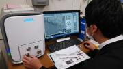 電子顕微鏡でミツバチを観察.jpg